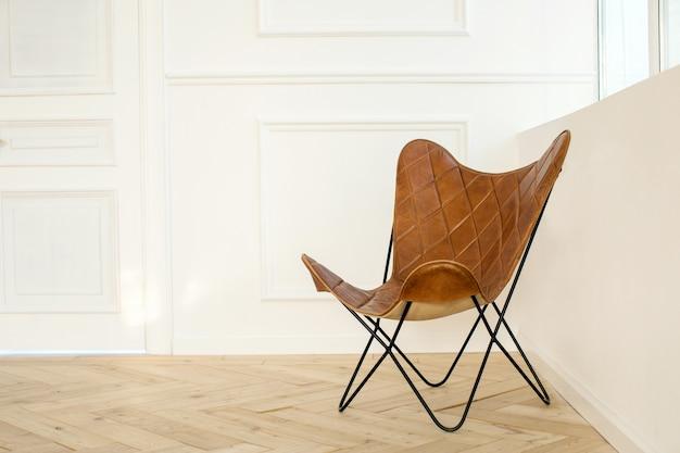 Cadeira moderna na sala perto da janela