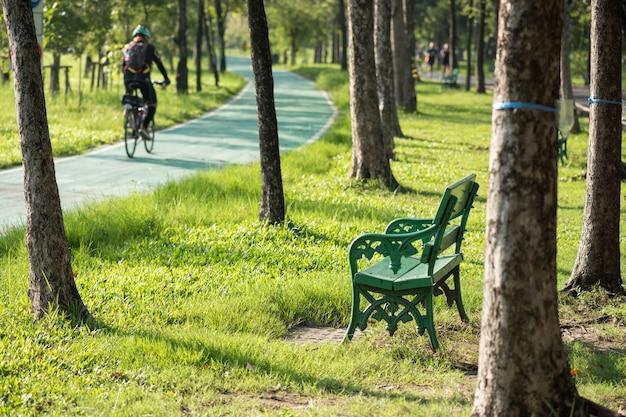 Cadeira no parque perto de corridas e ciclovias