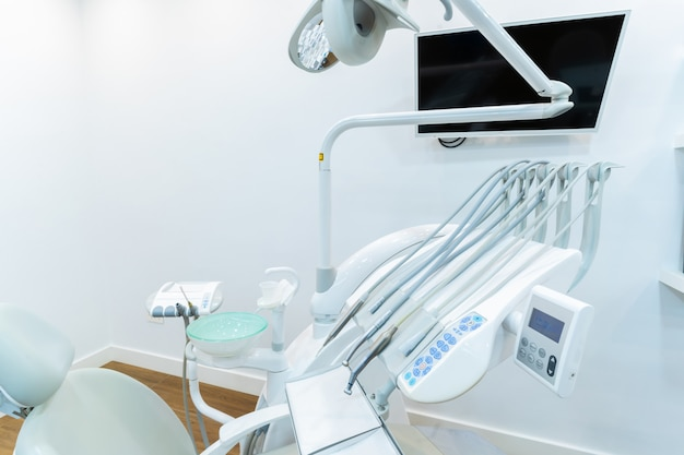 Cadeira odontológica e outros acessórios utilizados pelos dentistas