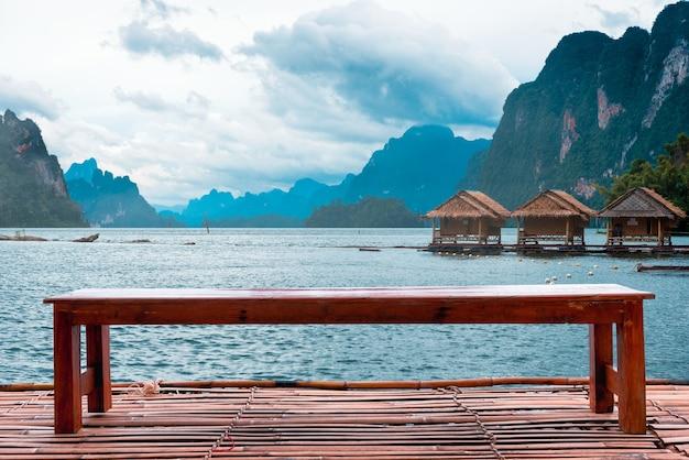 Cadeira para sentar relaxar na jangada de bambu com homestay rafting no lago