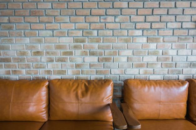 Cadeira perto da parede de tijolo velha.