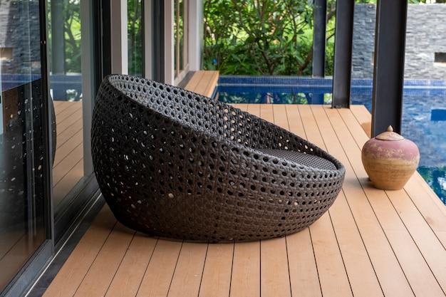 Cadeira preta em casa moderna
