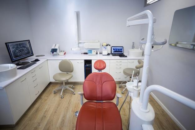 Cadeira profissional de odontologia e ferramentas para dentista