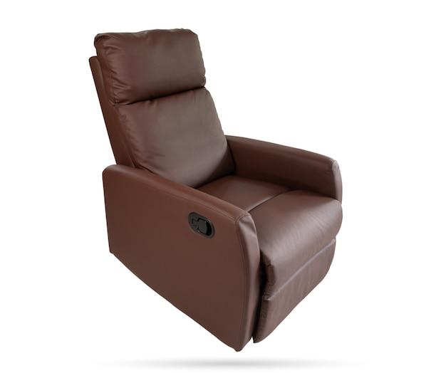 Cadeira reclinável de couro marrom em fundo branco isolado