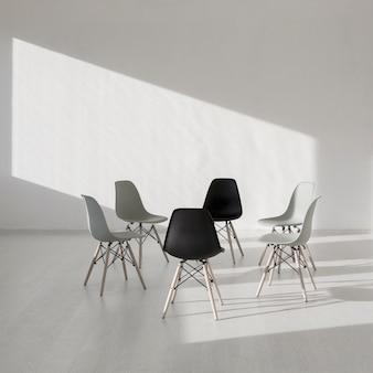 Cadeira simples em uma sala de clínica branca