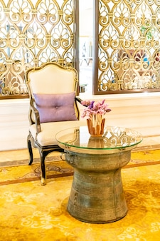Cadeira vazia e decoração de mesa em hotel resort