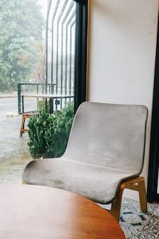 Cadeira vazia em uma cafeteria e um café restaurante