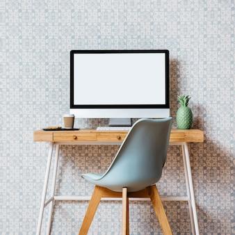 Cadeira vazia na frente do desktop do computador