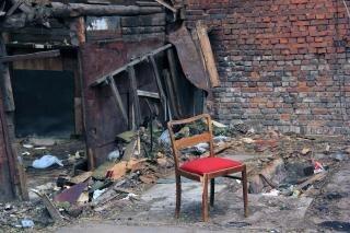 Cadeira vermelha abandonada