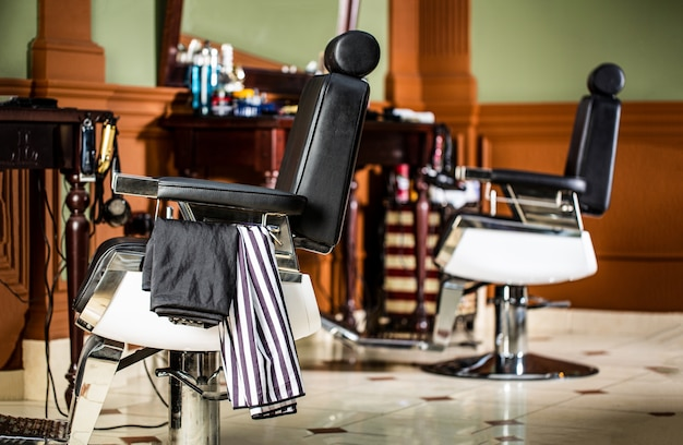 Cadeira vintage elegante na barbearia.