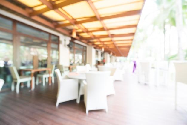 Cadeiras ao ar livre borradas e tabelas