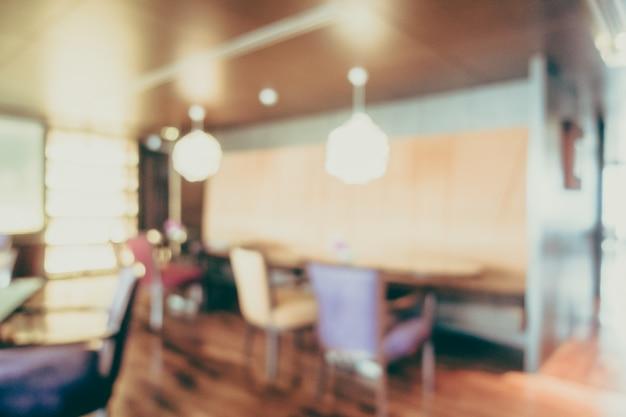 Cadeiras ao lado de uma mesa de madeira sem foco