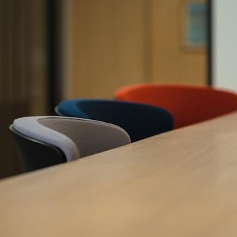Cadeiras azuis e cinza ao lado da mesa de madeira marrom