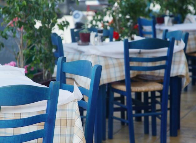 Cadeiras azuis em um café grego em zakinthos