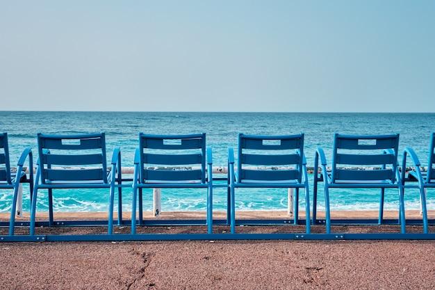 Cadeiras azuis famosas na praia de nice, frança