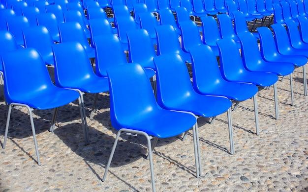 Cadeiras azuis vazias para cinema ao ar livre