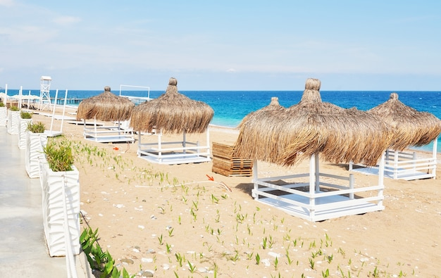 Cadeiras brancas no famoso resort de praia amara dolce vita luxury hotel. recorrer. tekirova-kemer. peru.