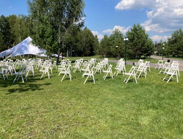 Cadeiras brancas para o público ao ar livre