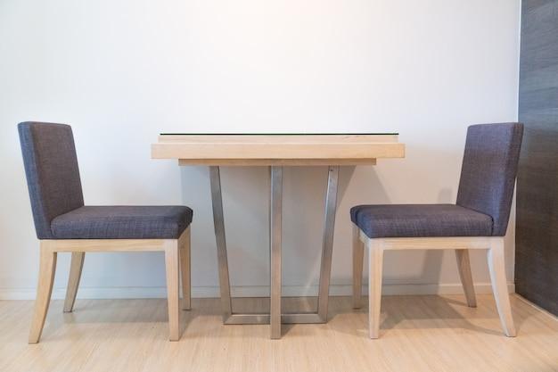 Cadeiras cinza e mesa na sala de estar