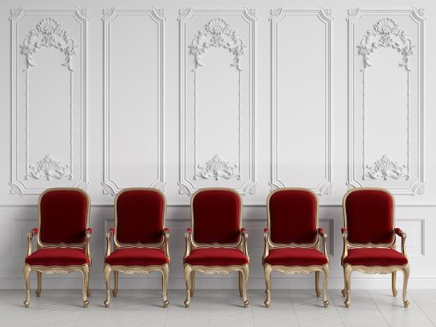 Cadeiras clássicas no interior clássico com espaço de cópia