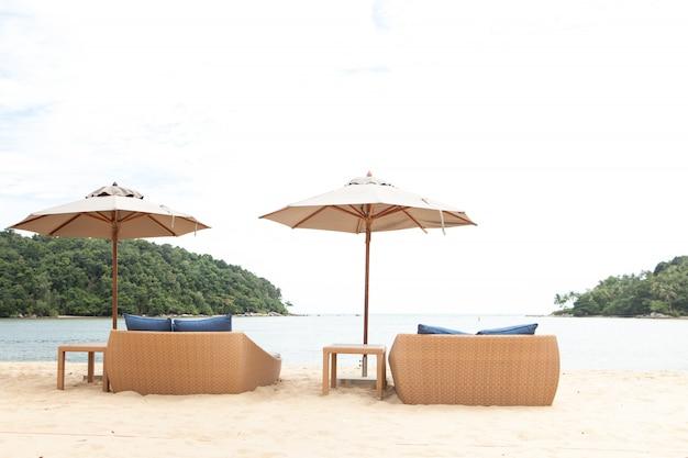Cadeiras colocadas pela praia com guarda-chuvas