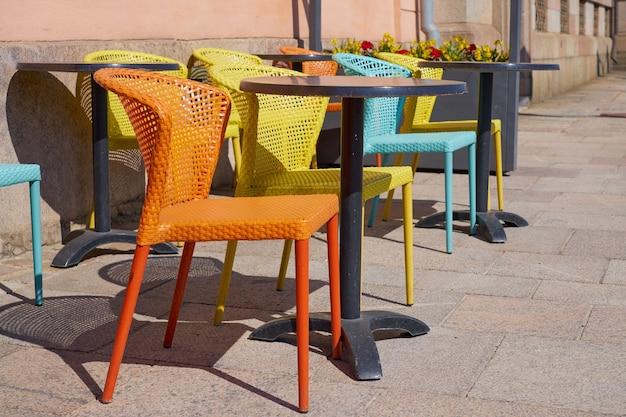 Cadeiras coloridas na esplanada do café.