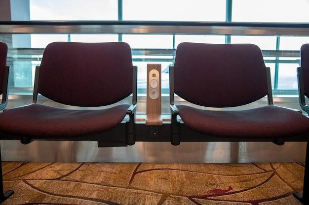 Cadeiras com tomada de alimentação usb padrão gratuita ou carregador de porta usb no aeroporto conforto de viagem
