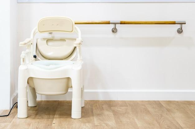 Cadeiras commode e banheiros portáteis para idosos