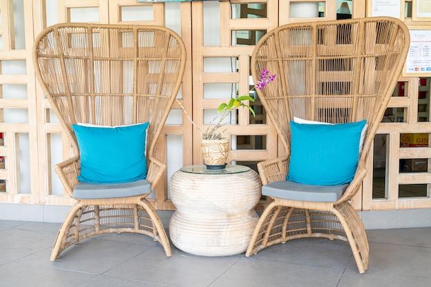 Cadeiras confortáveis com travesseiro no pátio