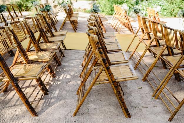 Cadeiras confortáveis feitas com varas de madeira durante um evento