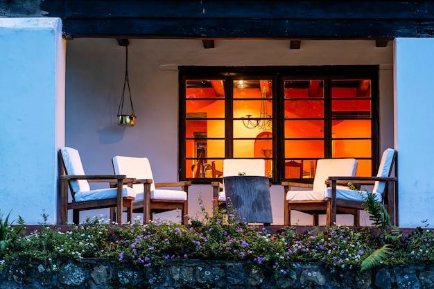 Cadeiras confortáveis no terraço vazio à noite, tanzânia, áfrica oriental