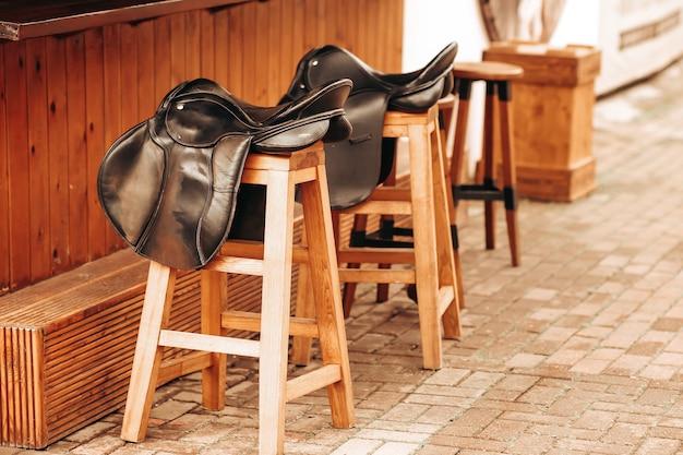 Cadeiras de balcão de bar em forma de selas de cavalo