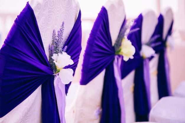 Cadeiras de casamento para convidados, decoradas com fitas