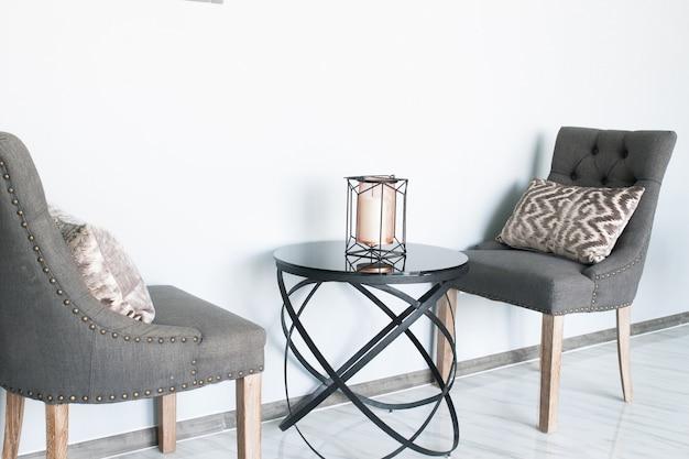 Cadeiras de cor cinza com design moderno, interior de mesa