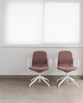 Cadeiras de escritório em um escritório vazio
