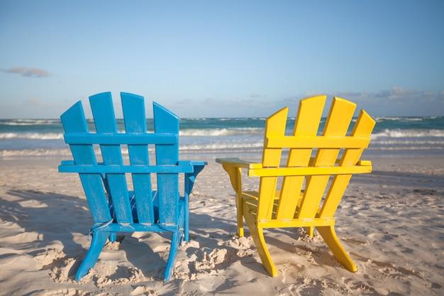 Cadeiras de madeira de praia para férias e escapadelas de verão em tulum, méxico
