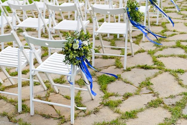 Cadeiras de madeira decoradas com flores.