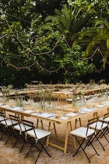 Cadeiras de madeira retrô vintage estilo vazio para eventos e casamentos