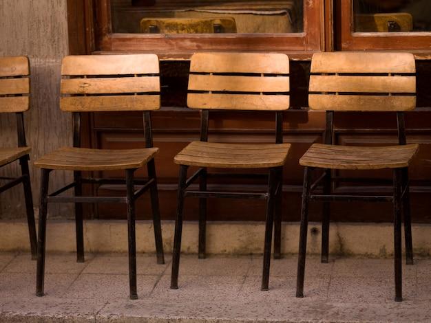 Cadeiras de madeira vazias em kusadasi turquia