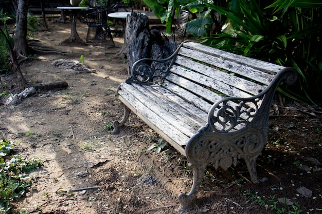 Cadeiras de madeira velhas no jardim