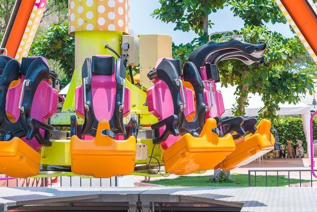 Cadeiras de montanha-russa no parque de diversões