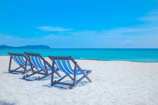 Cadeiras de praia com mar e céu brilhante