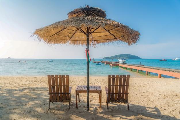 Cadeiras de praia e guarda-chuva na ilha de verão em phuket, tailândia