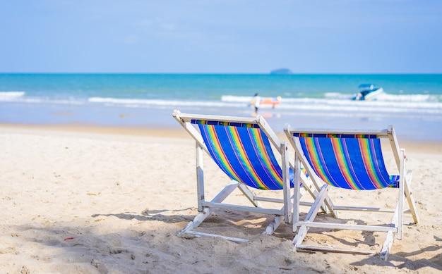 Cadeiras de praia na praia de areia branca no verão