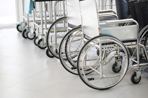 Cadeiras de rodas de linha no hospital.