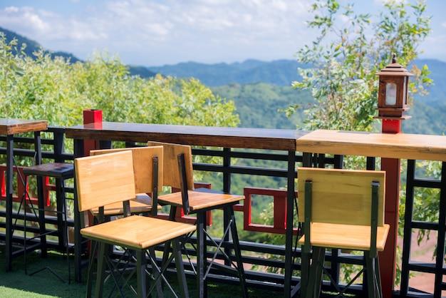 Cadeiras de terraço com vista para a montanha e para o céu