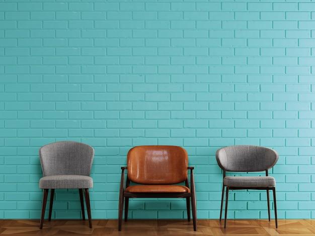 Cadeiras diferentes em estilo moderno, em frente a parede de tijolos