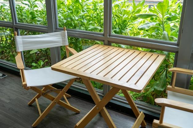 Cadeiras e balcões de madeira, bar café, mesa de assento