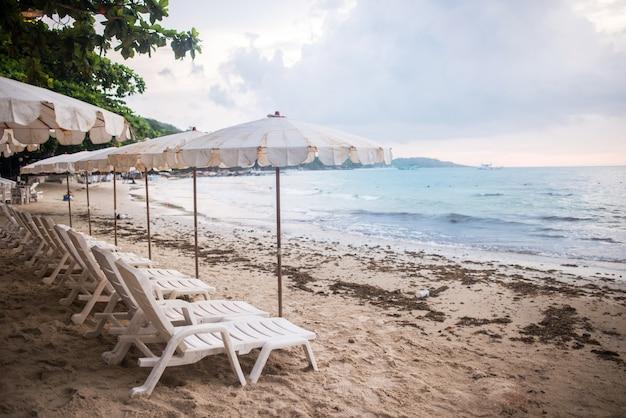 Cadeiras e guarda-chuvas na praia na ilha de samet, koh samet thailand.