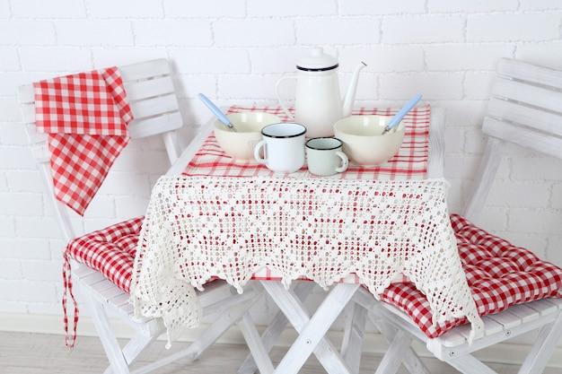 Cadeiras e mesa de madeira em cozinha aconchegante